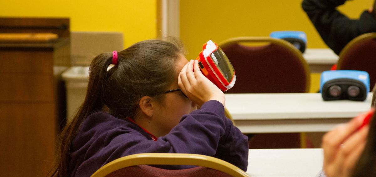 A youth uses virtual reality headset at the the Malheur Youth Health Science Day hosted by Oregon State University and the Frontier STEM Hub.